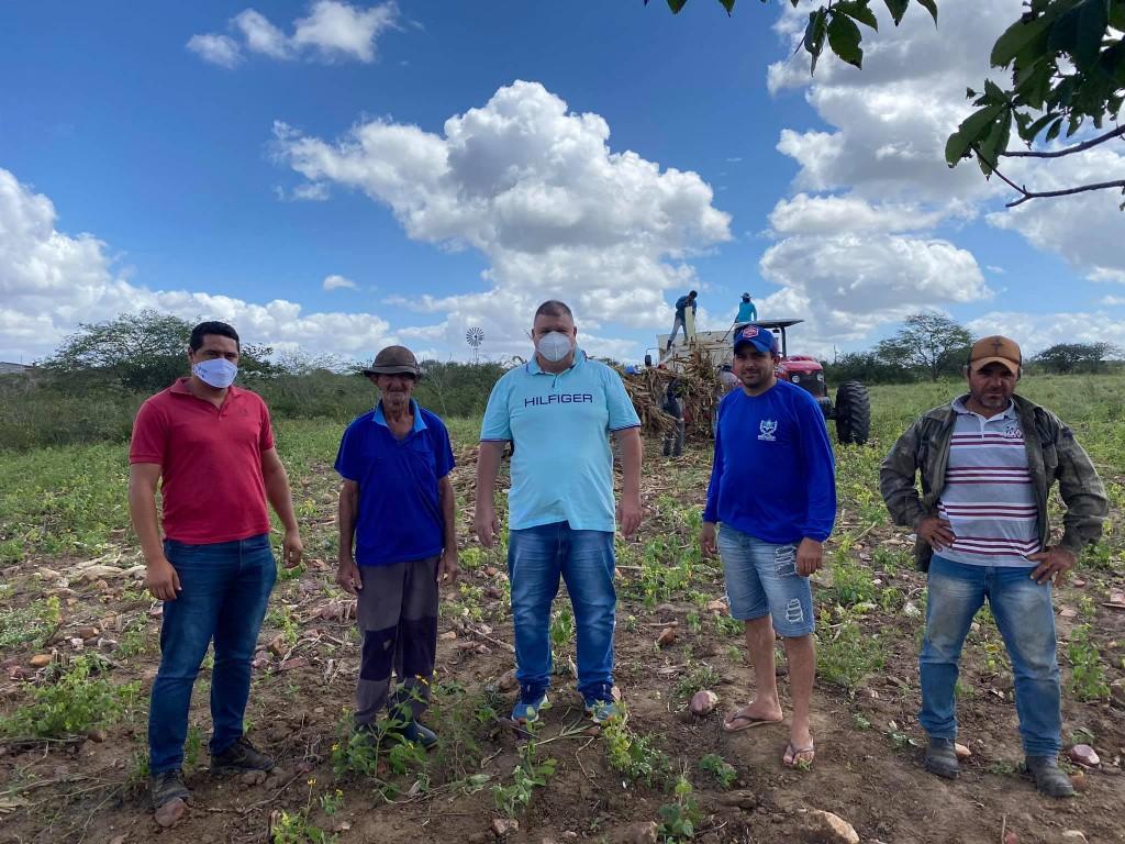 Prefeitura auxilia na produção de silagem na zona rural de município